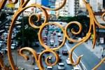 Entre arabescos, o trânsito se desfoca e ganha moldura ...vira arte.