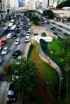 Entre as formas, carros, motos, árvores e um desenho que descansa.